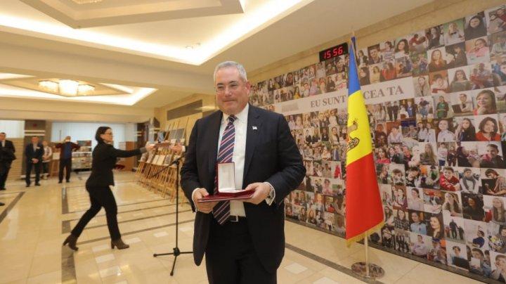Ceremonie în Parlament. Andrian Candu a decorat cu medalii pe Paul Packer şi Alexandr Bilinkis