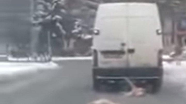 Imagini scandaloase cu un microbuz care trage după el DOI porci morţi (VIDEO care vă poate afecta emoţional)