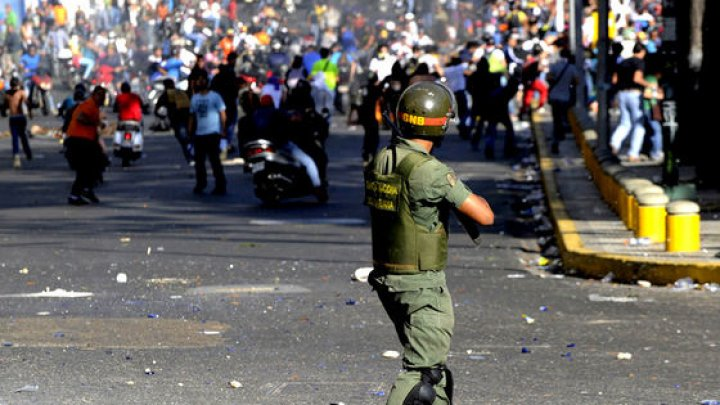 Reuters: Mai mulţi diplomaţii americani au părăsit astăzi ambasada SUA din Caracas