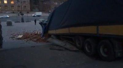 ACCIDENT SPECTACULOS. Un camion încărcat cu cărămizi s-a răsturnat și a făcut prăpăd pe o stradă din Kiev
