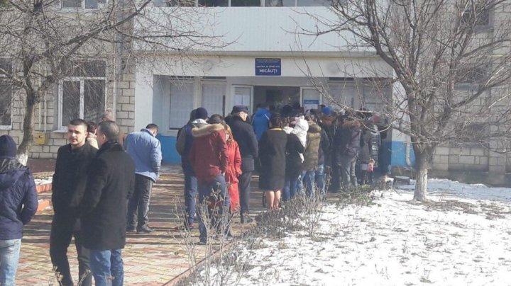 Cozi la secţia de votare în satul Micăuţi. Oamenii vor să-și alegă deputatul