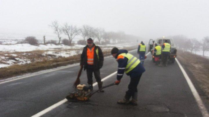 IMAGINI de pe șoseaua Chișinău-Leușeni. Cum se asfaltează GROPILE DIN DRUM în aceste momente (FOTO)