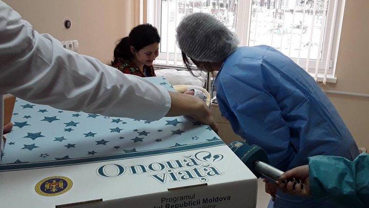 """""""O nouă viață"""": Peste 5.500 de mămici au primit cutia cu toate cele necesare pentru îngrijirea nou-născuților"""