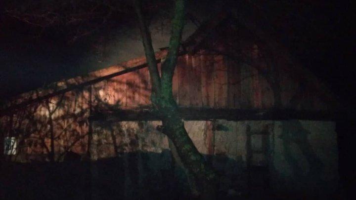 TRAGEDIE pentru o familie din Căușeni. Au rămas pe drumuri în mijlocul iernii, după ce casa lor a fost cuprinsă de flăcări (FOTO)