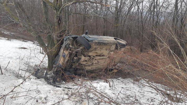 A tamponat Mercedesul într-un copac și a fugit de la locul accidentului. S-a întors abia după ce a venit și poliția (FOTO)