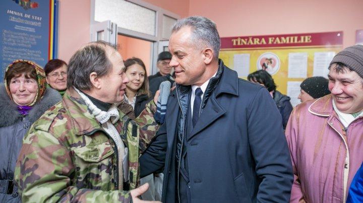 Caravana PDM a ajuns la Fălești. Vlad Plahotniuc a vorbit cu localnicii despre crearea de noi locuri de muncă și a investițiilor în raion