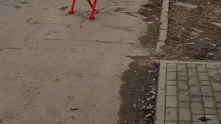Fac ce vreau pe strada mea. O porţiune de drum din Capitală, blocată (FOTO)