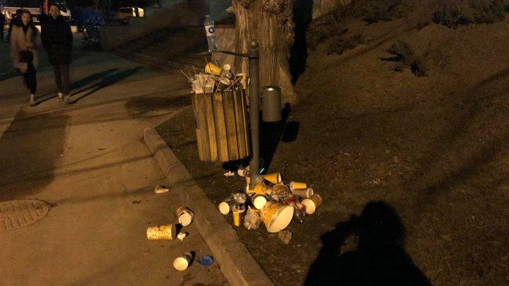 Temperaturile de primăvară au scos zeci de oameni în parcuri. Coșurile de gunoi s-au umplut într-un timp record (FOTO)