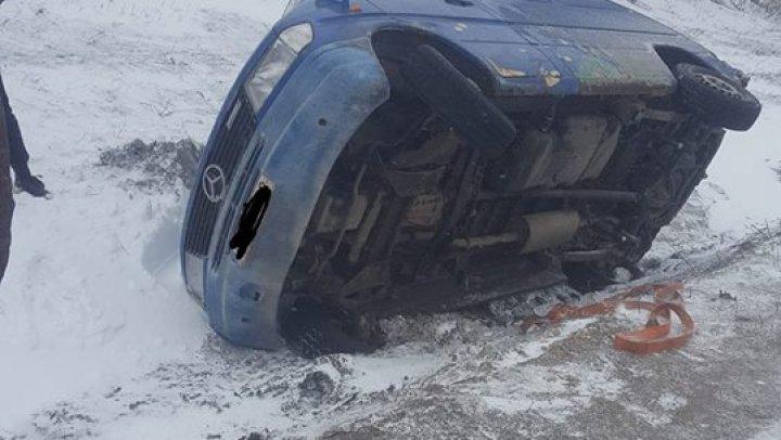 O maşină s-a răsturnat în apropiere de Soroca. Şoferul cere ajutorul oamenilor