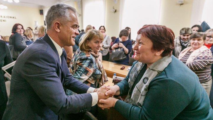 Vlad Plahotniuc în vizită la Ungheni. Oamenii salută reforma prin care au fost majorate salariile și sunt bucuroși că pot să lucreze acasă