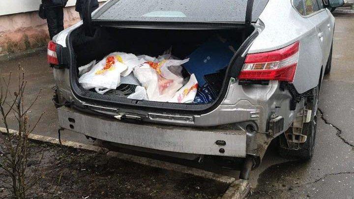 Ca la noi la nimeni: O maşină din sectorul Rîşcani, dezmembrată (FOTO)