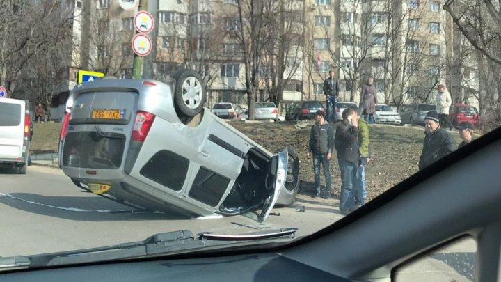 GRAV ACCIDENT în Capitală. Un taxi s-a răsturnat. Ambulanța, la fața locului (VIDEO)