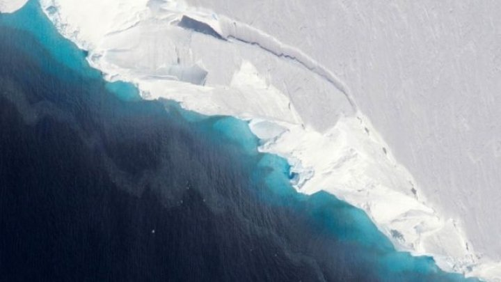 Cercetătorii NASA au descoperit o gaură uriaşă sub un gheţar masiv din Antarctica