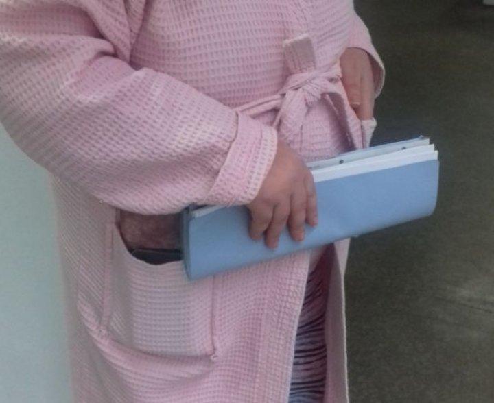 DE RÂS ȘI DE PLÂNS. O femeie crede că e însărcinată, iar medicii susţin că este doar obeză