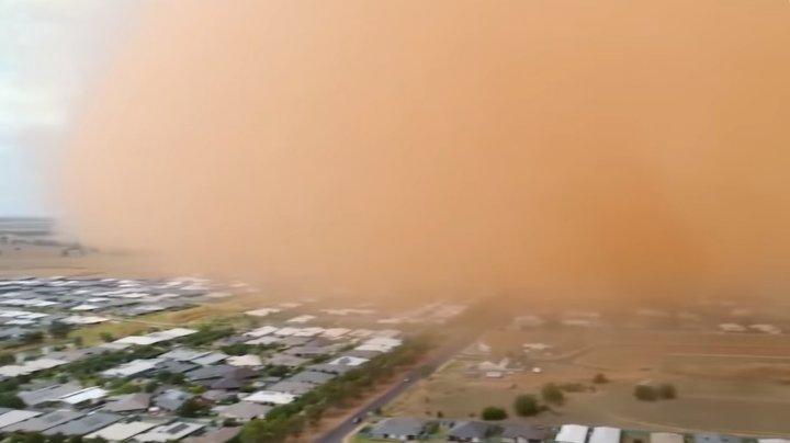 Fenomen meteo bizar! Un orășel întreg, înghițit de o furtună de nisip (IMAGINI SPECACULOASE)