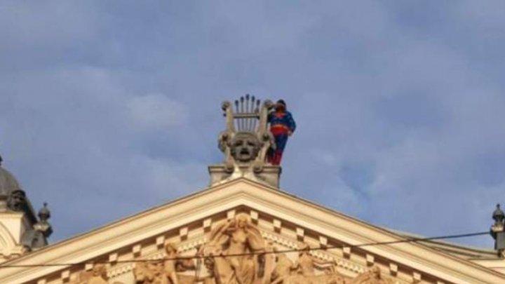 Superman se reîntoarce! Un bărbat îmbrăcat în costumul personajului a amenințat că se aruncă în gol de pe acoperişul unui teatru (FOTO)