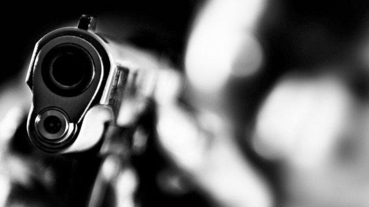 CAZ ÎNGROZITOR la Criuleni. Un bărbat a venit în ospeţie la mama sa şi s-a împuşcat în cap