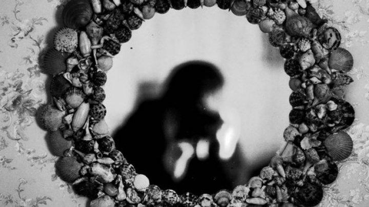 De ce nu este bine să te priveşti noaptea în oglindă?