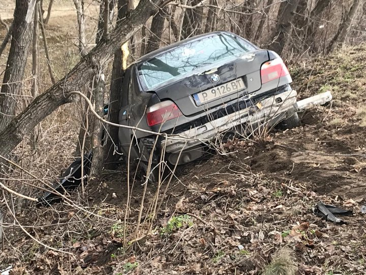 ACCIDENT GRAV în Capitală. A DOBORÂT cu maşina un copac şi s-a răsturnat într-un şanţ. Poliţia, pompierii, la faţa locului  (FOTO/VIDEO)