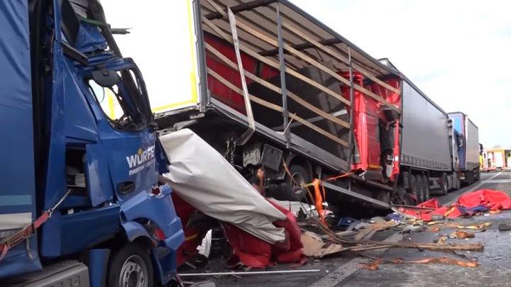Şoferi de TIR amendaţi şi lăsaţi fără permis. Fotografiau din mers un accident mortal (VIDEO)