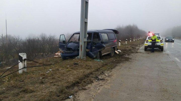 ACCIDENT GRAV în raionul Străşeni. Un microbuz a ajuns direct într-un stâlp: Sunt VICTIME