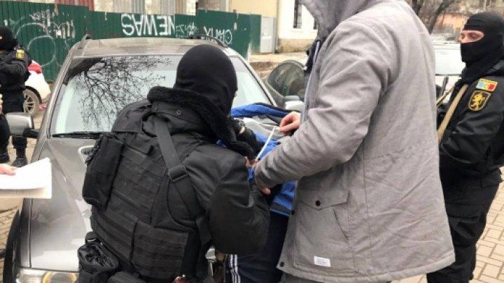 Interlop arestat pentru șantaj. Încasa taxe ilegale de la persoane ce aveau afaceri în domeniul transportului de pasageri la frontiera dintre Moldova și Ucraina