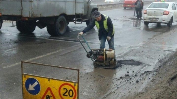 Drumarii vor asfalta la noapte gropile de pe Viaduct, dar şi alte străzi din Capitală, cu asfalt rece