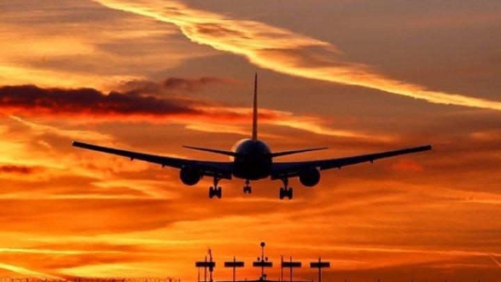 Poate fi numită MAMĂ? Un avion de pasageri s-a întors în timpul zborului, după ce o femeie și-a uitat copilul în aeroport