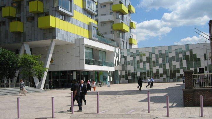 Atenţie moldovenilor din Londra! Cei care stau în cozi la Barking Learning Centre pot vota şi la Ambasada Moldovei