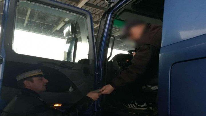 GHINION pentru un moldovean care a cumpărat un autocamion din Polonia. Ce a aflat când a ajuns la vama Albiţa
