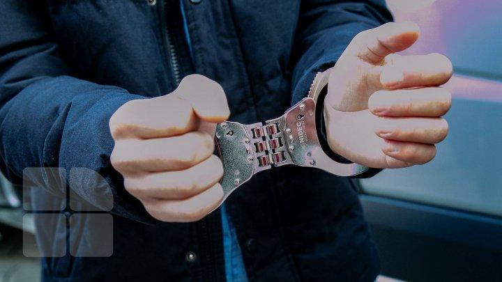 850 de euro pentru un permis de conducere. Un bărbat a fost reţinut de CNA şi procurori pentru trafic de influenţă