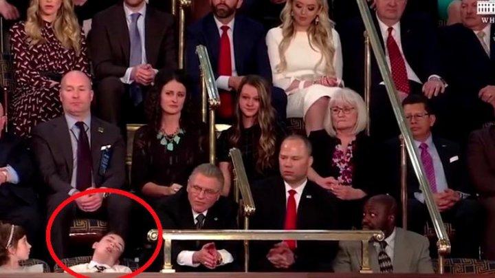 Un copil, cu acelaşi nume de familie ca şi a preşedintelui SUA, a adormit în timpul discursului oficialului (VIDEO)