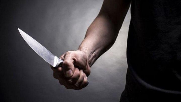 Ceartă sângeroasă la Donduşeni. Un bărbat, înjunghiat de un consătean la care a mers în ospeţie