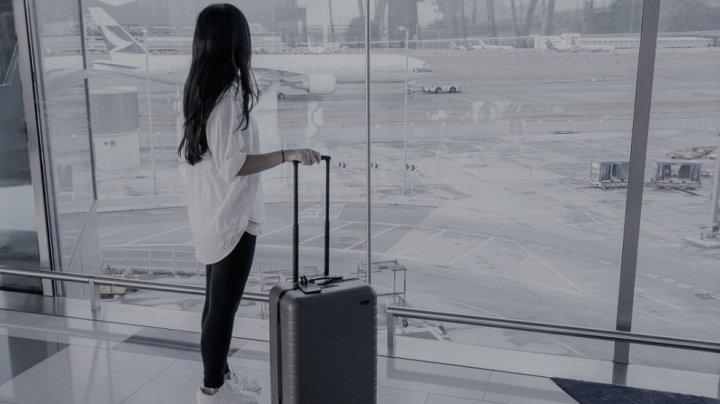 Situaţie JENANTĂ pe aeroport. Un tânăr şi-a făcut de râs iubita, după ce a aflat că l-a înşelat (FOTO)