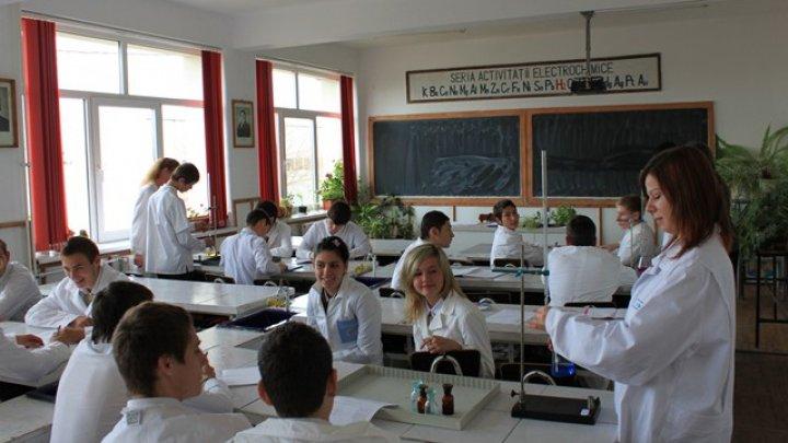 VESTE BUNĂ pentru elevi. Laboratoarele de chimie, biologie şi fizică din 183 de școli vor fi dotate cu echipamente moderne