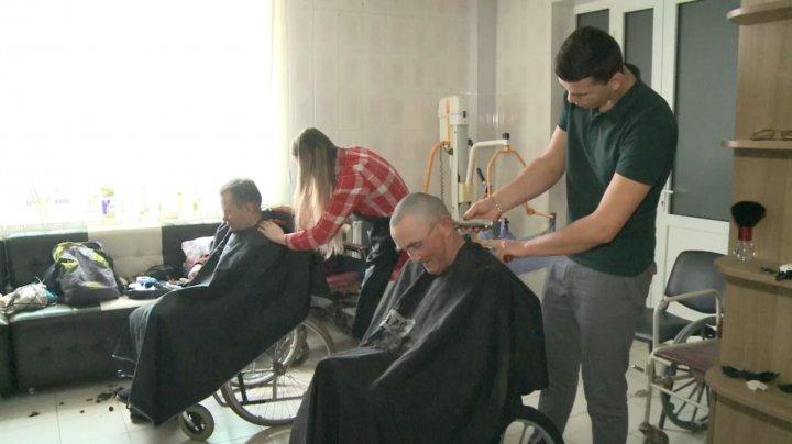 Gest demn de respect din partea unor tineri frizeri din Capitală. Ce surpriză le-au pregătit unor bătrâni de la azil