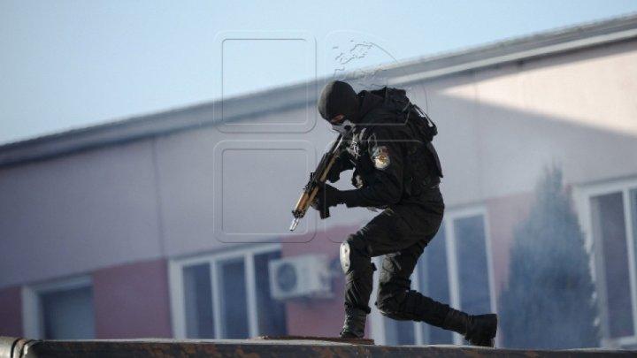 PERCHEZIŢII privind comercializarea de arme și muniții. Un suspect a fost reţinut, alți doi fiind anunțați în căutare