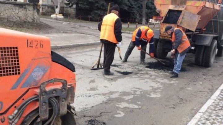 Drumarii continuă PLOMBĂRILE pe carosabile. Astăzi vor lucra în Buiucani şi Ciocana