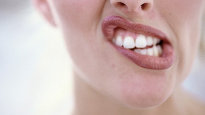 Îți sângerează mereu gingiile și rănile ți se vindecă greu? Ce ți se întâmplă de fapt în corp