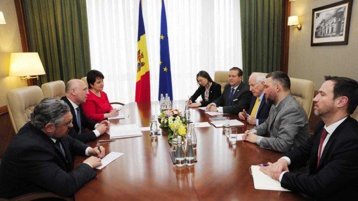 Premierul Pavel Filip și observatori IRI au făcut un schimb de opinii privind desfășurarea campaniei electorale