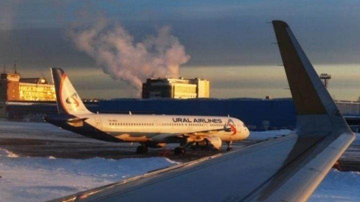 MOMENTE GROAZNICE: Scara mobilă a unui avion s-a rupt la îmbarcare. Sunt răniți (VIDEO)