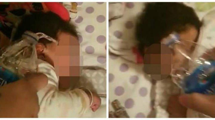 O mamă s-a filmat în timp ce își chinuia bebelușul turnându-i apă pe față: Răzbunare pentru că m-a trezit de atâtea ori în timpul nopții (VIDEO)