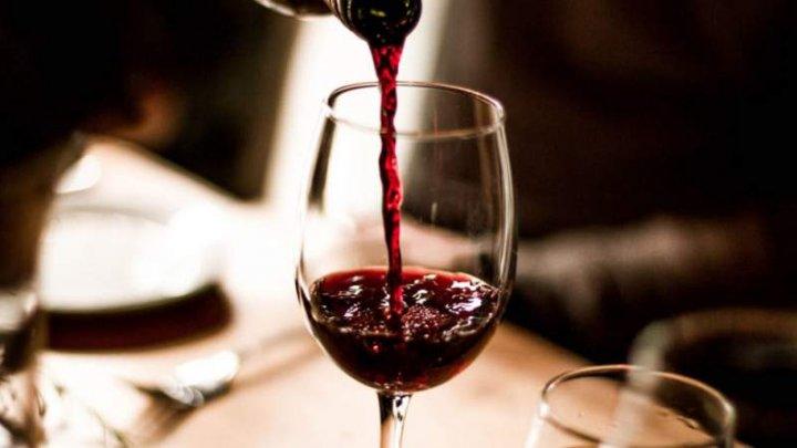 Un pahar de vin roșu echivalează cu 1 oră de sport. Ce efecte produce în organism