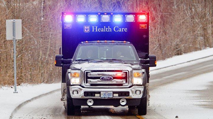 Eroii din Missouri: Doi paramedici AU IMPINS o targă pe polei, pentru a salva viaţa unui om