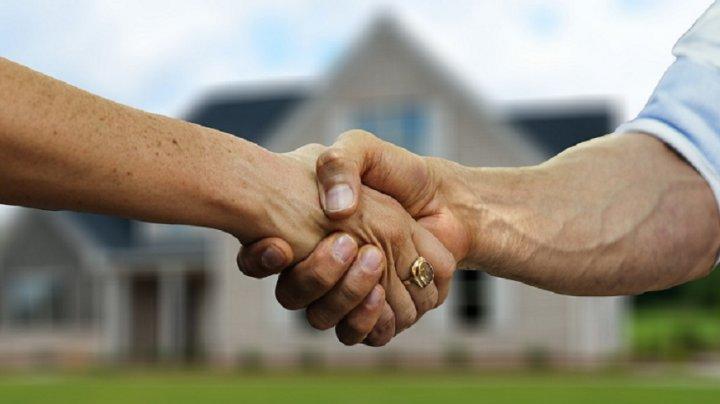 OFERTĂ DE NEREFUZAT. O femeie îşi vinde casa şi se oferă pe ea, ca bonus, pentru viitorul proprietar