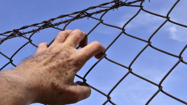 Israelul înconjoară oraşul Gaza cu un gard înalt de 6 metri, acoperit cu sârmă ghimpată. Care este motivul