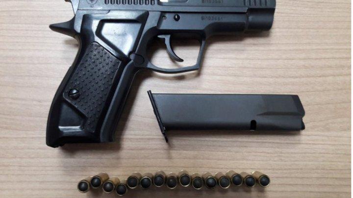 A încercat să intre cu un pistol încărcat în Moldova. Cum a fost descoperit la frontieră un ucrainean