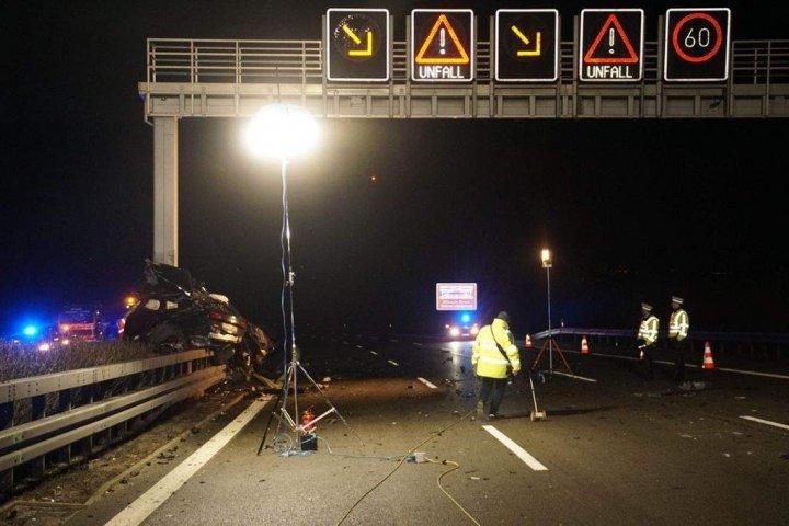 ACCIDENT TERIBIL: O maşină de lux, făcută una cu pământul, după ce a intrat într-un TIR, cu peste 200 de km/h (FOTO)