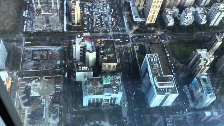 Născut ÎN CĂMAŞĂ: Un tânăr a SUPRAVIEŢUIT după ce a căzut de la etajul 13 a unui bloc