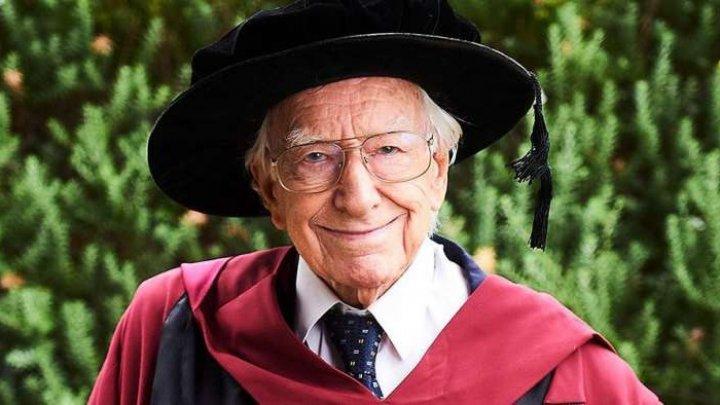 Un străbunic de 94 de ani este cea mai vârstnică persoană care şi-a luat doctoratul în Australia